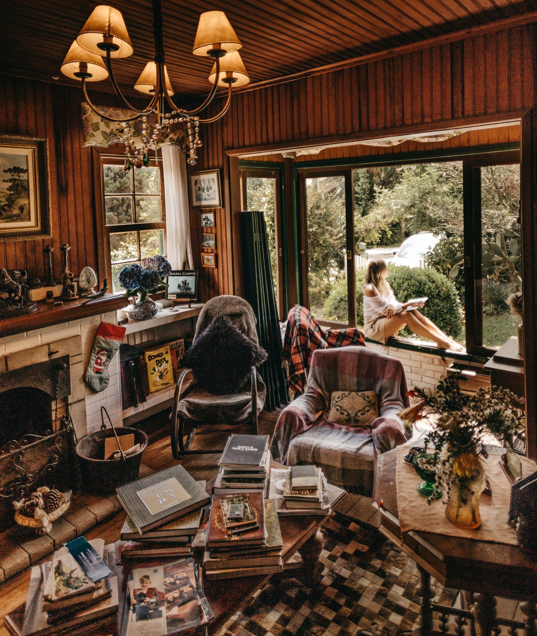 Cluttered-living-room-Photo-by-jonathan-borba-on-unsplash